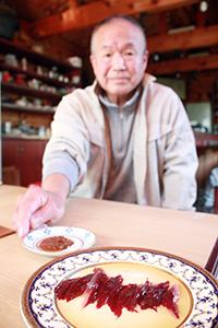 魚の血合いと特許取得の調味料を前に上田さん
