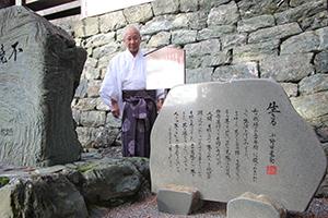 寛郎さんの言葉が刻まれた石碑と小野田宮司