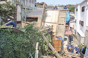 過去には空家の壁が隣家に倒れかかり、緊急撤去した例も(平成24年4月、和歌山市新和歌浦)