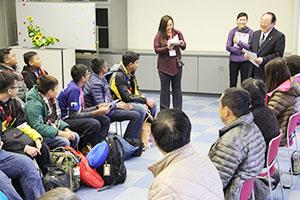 生徒(左側)に歓迎のあいさつをする寺本町長(右奥)