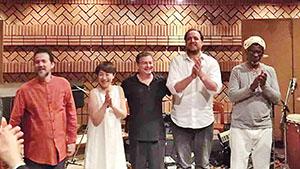 西さん(左から2人目)と共演者