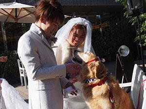 挙式を終え笑顔の2人とグウィネス
