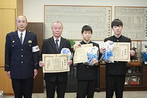 (左から)江南署長、松浦さん、満永君、寺井君