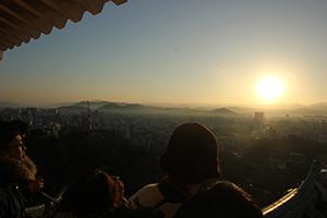 天守閣から初日の出を眺める来場者