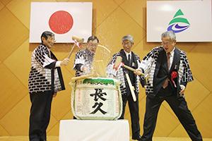 鏡開きを行う(左から)仁坂知事、神出会頭、大谷会長、神出市長