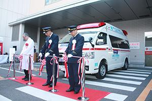 テープカットで開所を祝う(左から)平岡院長、出口局長、大浦正男副局長