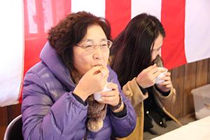 小豆がゆを食べる参拝者