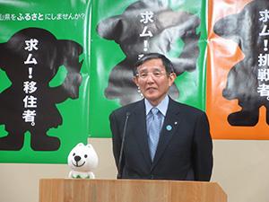 移住を呼び掛けるポスターを背に語る仁坂知事
