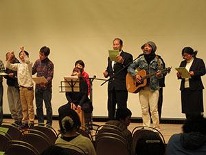 利用者らがステージで合唱を披露