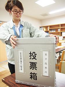 投票箱を準備する職員(中央公民館)