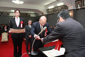仁坂知事㊨から表彰状を受け取る受賞者