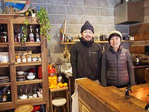 喫茶を提供する1階ラウンジで宮原さん㊧と橘さん