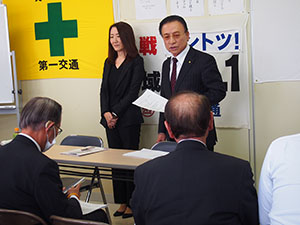 乗務員に講習を行う髙野社長㊨と平田学院長