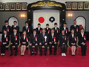 仁坂知事を囲む晴れの受賞者の皆さん