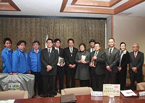 尾花市長(中央)と認定事業者、審査会委員