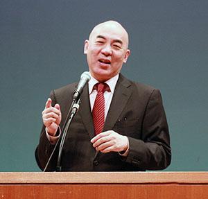 講演する百田さん