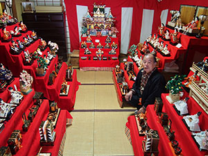 紀の川市旧5町のひな人形を展示している