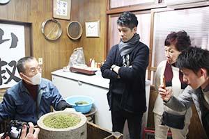 辻さん㊧の実演を見学する須賀さん㊥、松田さん