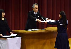 卒業証書を受け取る卒業生
