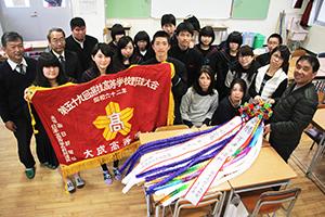 千羽鶴を完成させた生徒と保護者ら