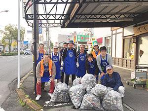 毎月の清掃活動を続ける「つながり庵」の店主ら