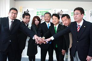 党勢拡大へ結束を確認した馬場代表(中央)、林代表代行(その右隣)ら県総支部役員