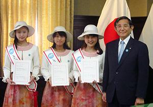 委嘱状を手に(左から)中屋さん、崎濱さん、泉さん、仁坂知事