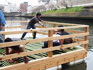 「水辺座三合」を製作する参加者ら