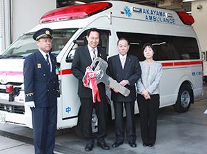 寄贈車両の前で大浦消防局長、尾花市長、塚本さん、永井さん(左から)