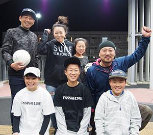 「ストリートサッカーを盛り上げよう」と仁坂君(前列中央)、桒原さん(同左)ら