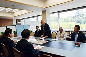 アサリの増殖事業を説明する藪組合長(右奥から2人目)