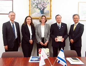 太洋工業を訪問したカハノフ大使㊥と歓迎した細江社長(右隣)ら