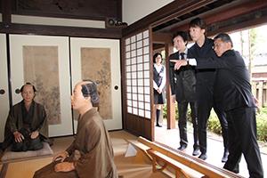 春林軒の主屋を見学する河合さん、喜多村さん(左から)