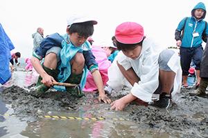 潮干狩りに挑戦した児童ら