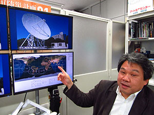 モニターで衛星の動きを示す秋山教授