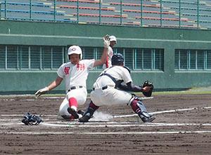 初回、本塁生還を果たす冨田