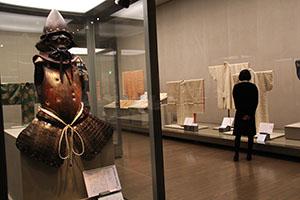 珍しいイタリア製の甲冑(手前)も