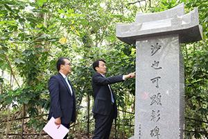 紀州東照宮の沙也可顕彰碑を訪れた鄭社長㊨