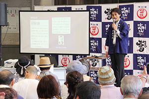 熊楠と酒に関する逸話を紹介する雅博さん
