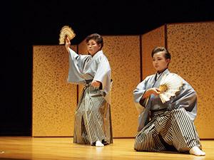 ご祝儀舞を披露する川嶋さん㊨と石田代表