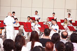 軽快な演奏で会場を楽しませた県警音楽隊