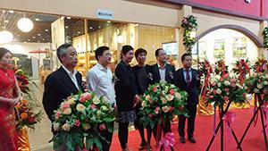 オープンセレモニーで(左から)山本代表理事、汪CEO、秋岡董事長、夏副主任、王董事長、中野社長