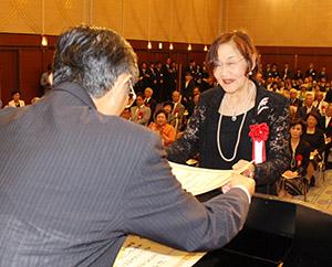仁坂知事(手前)から表彰状を受け取る受賞者