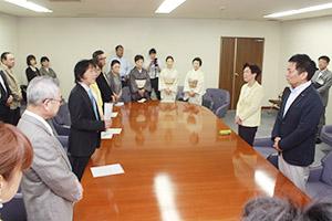 野嶋議長(右側奥)と戸田副議長(同手前)に要望を訴える各種団体の代表ら