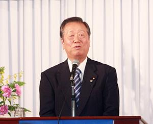 講演する小沢代表