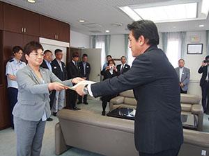 鈴木所長㊧から感謝状を受け取る青木会長