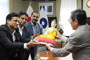 仁坂知事㊨を表敬訪問し、贈り物を手渡すワグマレ総裁㊧