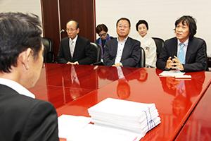 新市民会館小ホールの設計案変更を求める島田代表㊨
