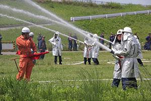 放水訓練を行う消防団員ら