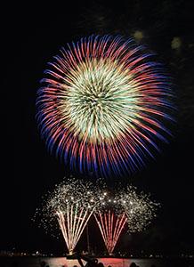 大きな花火が港を彩った